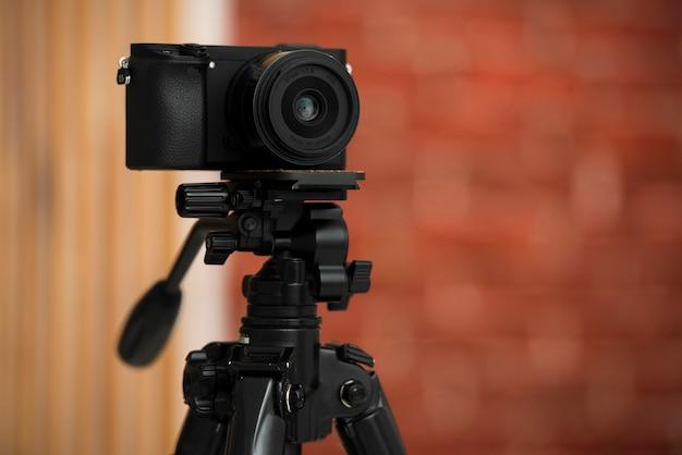 プロの三脚にモダンなカメラ