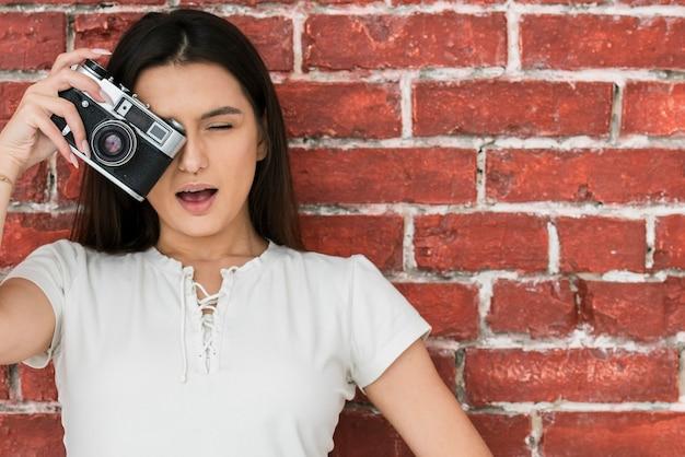 写真を撮る女性の肖像画