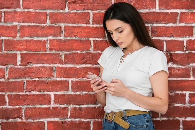 電話を持つ若い女性の肖像画
