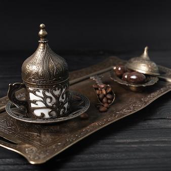 銀の皿にコーヒーのトルコカップ