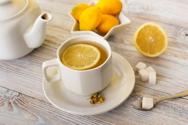 Чашка чая крупным планом с ломтиком лимона