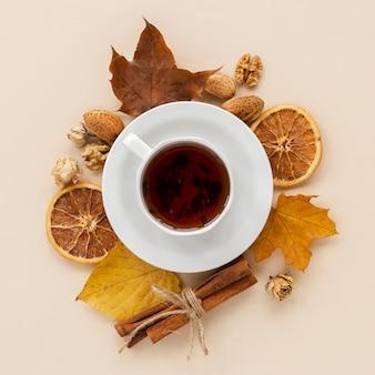 乾燥したオレンジのスライスと葉とお茶のカップ