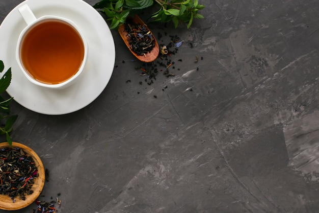 ミントと紅茶のカップのフラットレイアウト