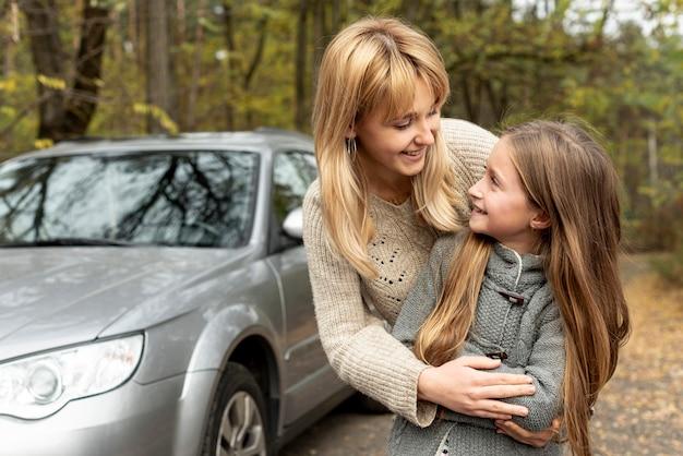 金髪の母と娘がお互いを見て