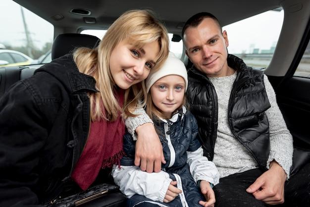 車の中で幸せな家族の肖像画