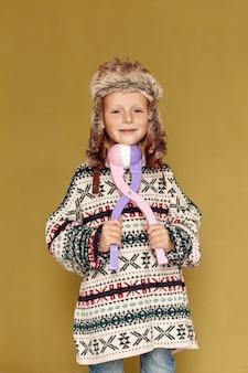 おもちゃと帽子を持つミディアムショット少年