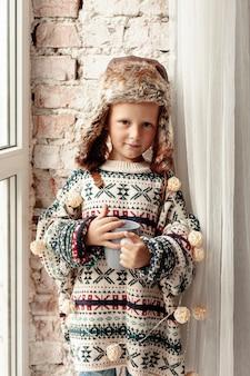 マグカップポーズでミディアムショットかわいい子供