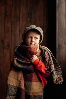 Средний выстрел милый мальчик с шарфом и шляпой