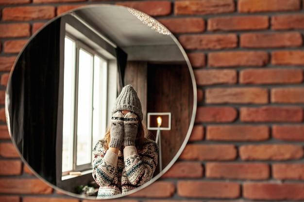 Среднечастотная девушка позирует в зеркале