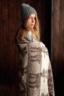 帽子と毛布でミディアムショットかわいい女の子