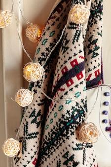 ハンガーにセーターとアイススケートで装飾