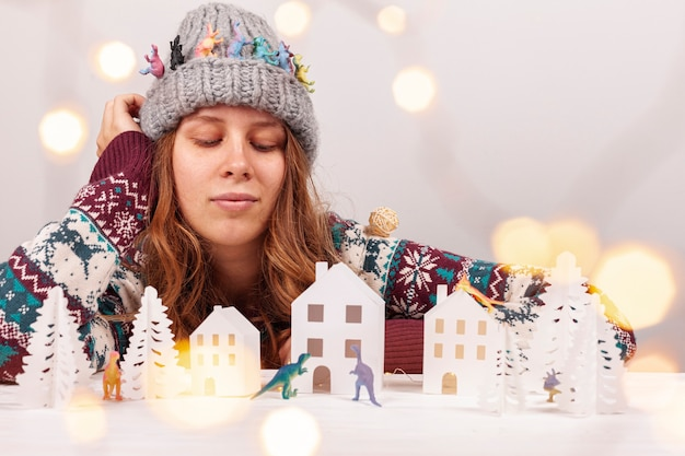 Среднестатистическая девушка с шляпой и бумажным городком