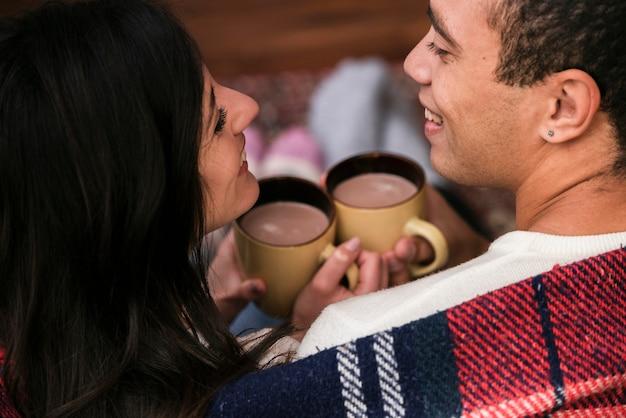 恋に一緒にかわいい若いカップル