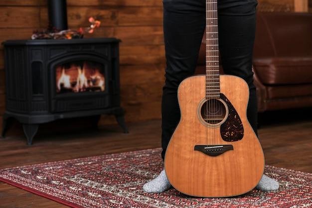 カーペットの上のクローズアップアコースティックギター