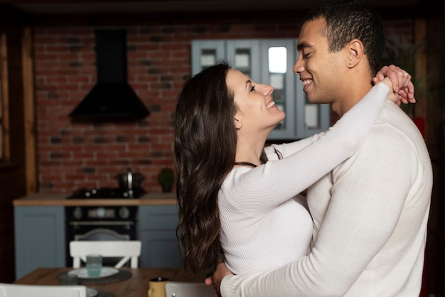 Портрет молодой влюбленной пары
