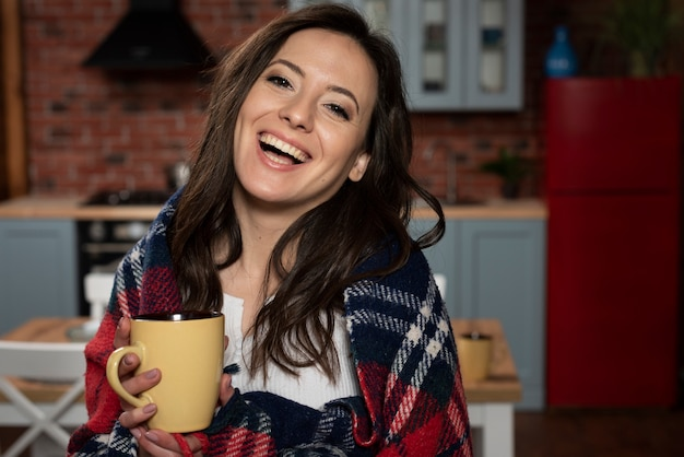 笑っている美しい若い女性