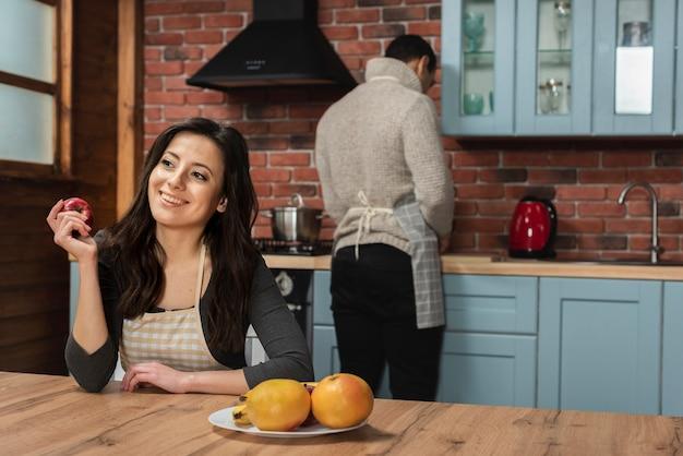 一緒に台所で若いカップル