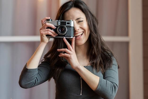 写真を撮る若い女性の肖像画