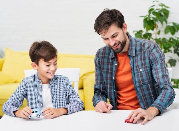 彼の少年と遊ぶ若い父親
