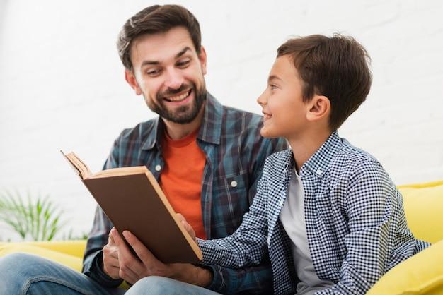 Счастливый отец и сын читают
