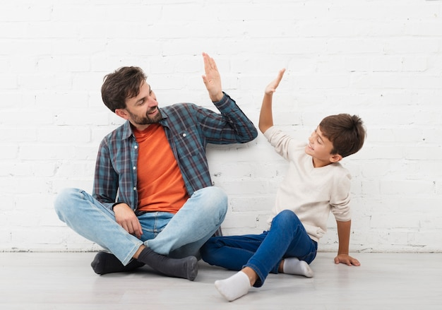 幸せな父と息子のハイファイブ