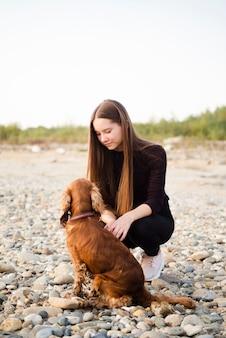 Красивая женщина с ее щенком