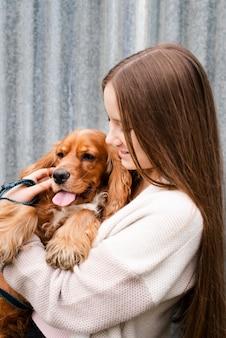 Молодая женщина держит ее щенка