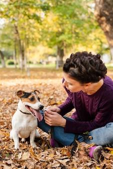 彼女の犬を屋外で女性の肖像画