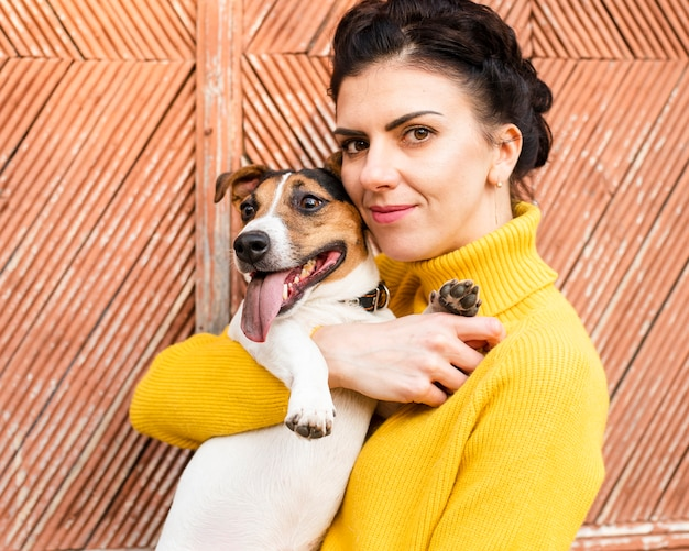 Макро счастливая женщина со своей собакой