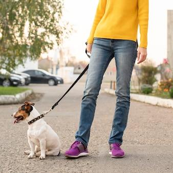 屋外で彼女の犬と一緒に女性