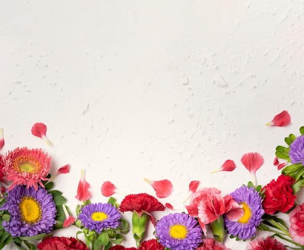 色とりどりの花とコピースペースのかわいいアレンジメント