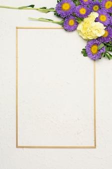 ミニマリストの垂直フレームとお祝い花の組成