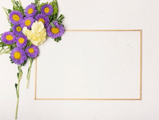 ミニマリストの水平フレームとお祝い花の組成