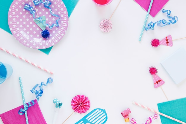 Плоское расположение различных объектов на день рождения с копией пространства