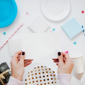 空の誕生日カードを保持している女性
