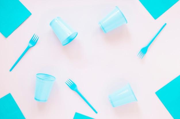 明るい背景にプラスチックの誕生日アイテム