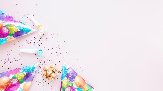 誕生日アイテムとコピースペースでお祝いの装飾