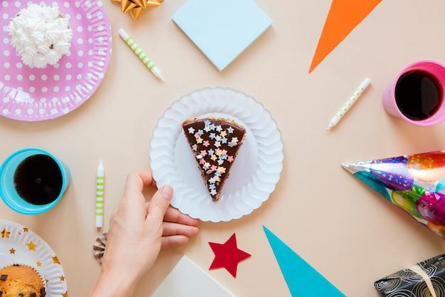 白いプレートにフラットレイアウトスライスケーキ