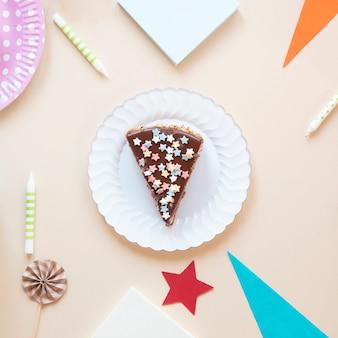 クローズアップホワイトプレートにケーキをスライス