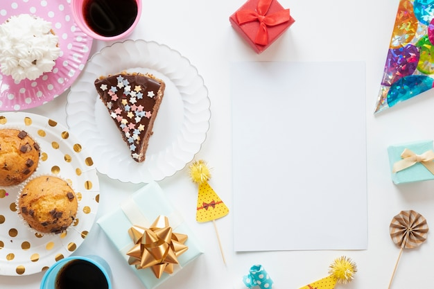Вид сверху на день рождения предметы на белом фоне