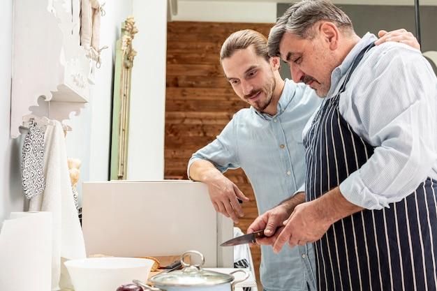 父と息子が一緒に料理