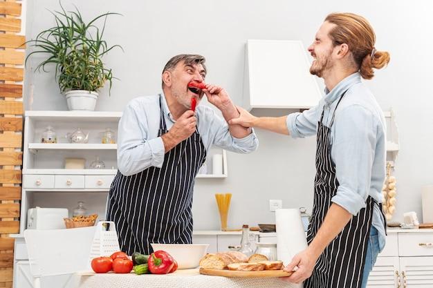Смешной отец и сын готовят еду