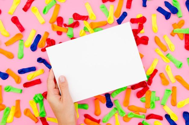 誕生日のサインをモックアップを持っている手
