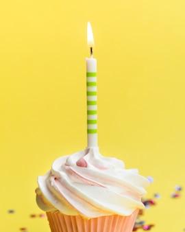 クローズアップおいしい誕生日マフィンとキャンドル