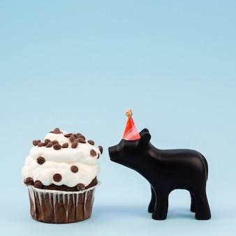 Боковой вид вкусного булочки и шоколадной свиньи