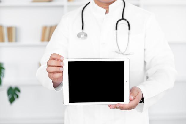 男性医師の手持ち株の写真のモックアップ