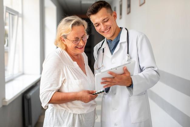 年配の女性と話している医者