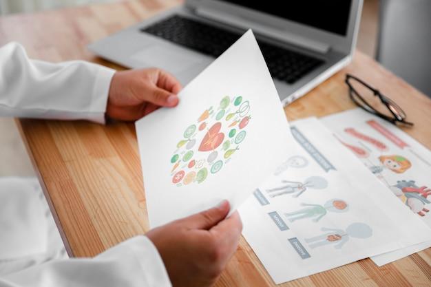 カラフルな図を保持している医師の手