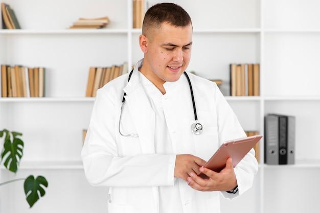 Красивый доктор держит буфер обмена