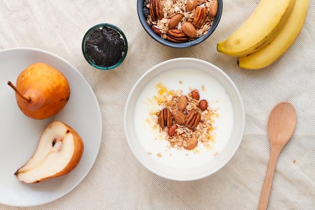 Плоское молочко со смесью орехов и груш